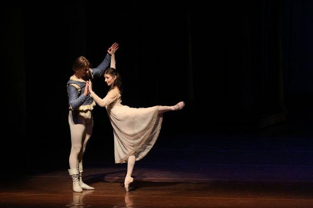"1. Edvin Revazov (Romeo) and Alina Cojocaru (Juliet), ""Romeo and Juliet"", Hamburg Ballet – John Neumeier, 2013 /  © Holger Badekow 2013"