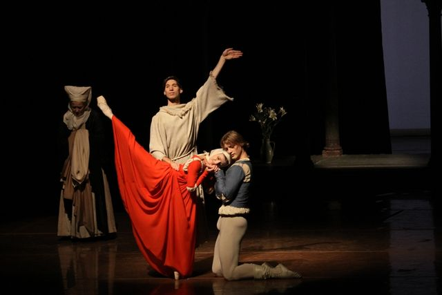 "5. Ann Drower (The Nurse), Sasha Riva (Brother Lorenzo), Alina Cojocaru (Juliet) and Edvin Revazov (Romeo), ""Romeo and Juliet"", Hamburg Ballet – John Neumeier, 2013 /  © Holger Badekow 2013"