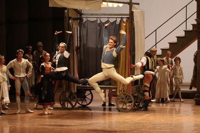 "2. Otto Bubeníček (Mercutio), Edvin Revazov (Romeo) and corps de ballet, ""Romeo and Juliet"", Hamburg Ballet – John Neumeier, 2013 /  © Holger Badekow 2013"