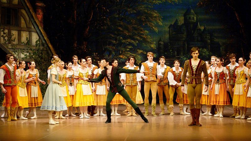 "2. Alicia Amatriain (Giselle), Damiano Pettenella (Hilarion), Friedemann Vogel (Duke Albrecht) and ensemble, ""Giselle"" after Jean Coralli, Jules Perrot and Marius Petipa, Stuttgart Ballet"