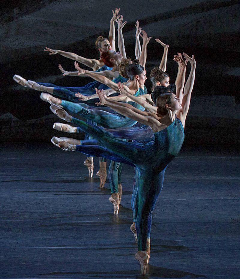 "16. Ensemble, ""Johannes Brahms – Symphony No. 2"" by Martin Schläpfer, Ballett am Rhein 2014"
