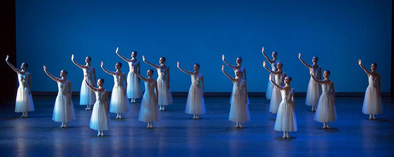 "1. Ensemble, ""Serenade"" by George Balanchine, © The George Balanchine Trust, Ballett am Rhein 2014"