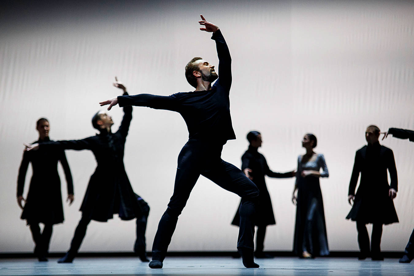 "7. Jón Vallejo (Melot) and ensemble, ""Tristan + Isolde"" by David Dawson, Semperopera Ballet Dresden © Nikolai Schmidt 2015"