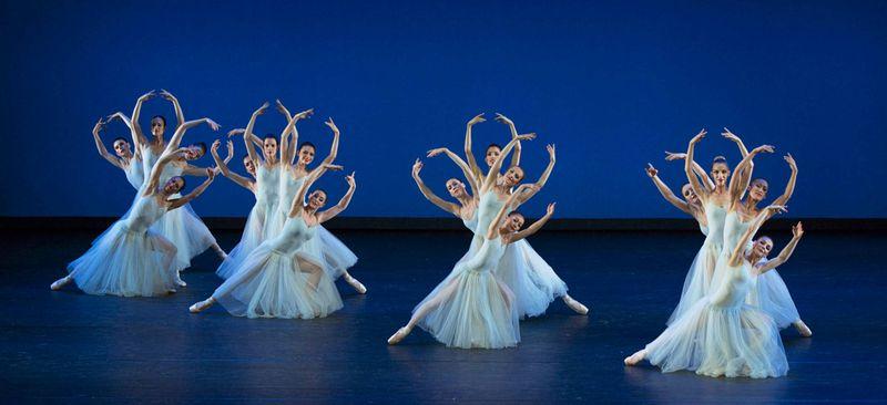"""4. Ensemble, """"Serenade"""" by George Balanchine, © The George Balanchine Trust, Ballett am Rhein 2014"""