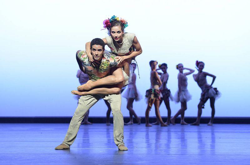 "1. Bruna Andrade, Kt. Flavio Salamanka and ensemble, ""Presente"" by Reginaldo Oliveira, State Ballet Karlsruhe © Jochen Klenk 2014"