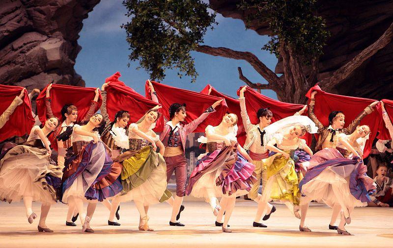 """3. Ensemble, Pas de manteaux, """"Paquita"""" by Marius Petipa and Alexei Ratmansky, Bavarian State Ballet, Munich 2014"""